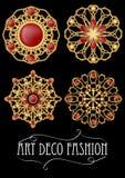 Satz der Goldmit filigran geschmückten Brosche mit roten Edelsteingranaten in der Art- DecoArt Rundes symmetrisches Retro- Juwel  lizenzfreie abbildung