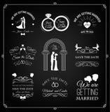 Satz der Hochzeitseinladungsschablone Kalligraphische Rahmen, Blumenmuster und Fahnen auf Schwarzem Vektor Stockfotografie