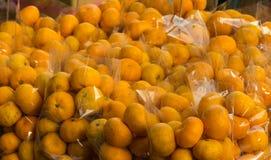 Satz der Orange auf Regal im Markt Stockbild