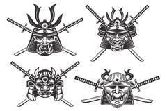 Satz der Samuraisturzhelme mit den Klingen lokalisiert auf weißem backgro Stockfotos
