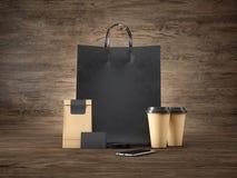 Satz der schwarzen Einkaufstasche, zwei braune Kaffeetassen Lizenzfreies Stockfoto