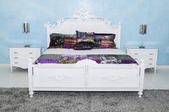 Satz des Betts mit Fächern im Schlafzimmer Stockfoto