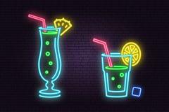 Satz des Cocktailneonemblems Auch im corel abgehobenen Betrag stock abbildung