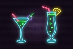 Satz des Cocktailneonemblems Auch im corel abgehobenen Betrag lizenzfreie abbildung