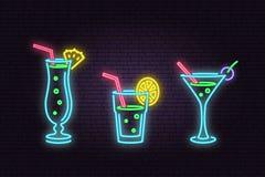 Satz des Cocktailneonemblems Auch im corel abgehobenen Betrag vektor abbildung