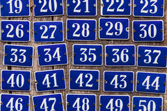Satz des Erhöhens von Hausnummerplatten Stockfoto