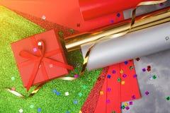 Satz des festlichen dekorativen Papiers und des Bandes für die Verpackung von Geschenkboxen auf grauem strukturiertem Hintergrund Stockfoto