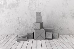 Satz des Geschenkboxmodells auf dem Bretterboden Stockbild