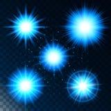 Satz des glühenden Lichteffektsternes, das Sonnenlicht glänzt Blau mit Scheinen auf einem transparenten Hintergrund Vektor Lizenzfreies Stockfoto