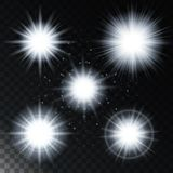 Satz des glühenden Lichteffektsternes, die hellen Lichter des Sonnenlichts mit Scheinen auf einem transparenten Hintergrund Auch  Stockfotos