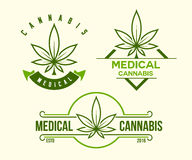 Satz des grünen medizinischen Hanfemblems, Logo Klassische Weinleseart Stockfotografie