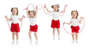 Satz des Kindermädchens springend mit dem Seil lokalisiert stockbild