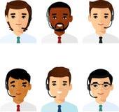 Satz des männlichen Hilfslinienbetreibers mit Kopfhörer einen Kunden konsultierend Lizenzfreie Stockfotografie