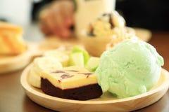 Satz des Nachtischs mit Zitronensorbet-Eiscreme, browny Kuchen des roten Samts Stockfoto