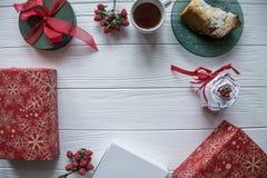Satz des neuen Jahres und der Valentinsgrüße Tagesmit zwei Teetassen auf einer heartsaped Platte lizenzfreie stockfotos