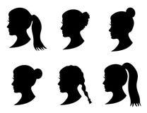Satz des schwarzen Schattenbildmädchenkopfes mit unterschiedlicher Frisur: Endstück, Pferdeschwanz, Brötchen, Zopffrisur stock abbildung