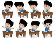 Satz des unterschiedlichen Kindes Haltung lernend Junge, der, Lachen, traurig, Schlaf schreit Stockfotos