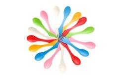 Satz des varicolored kampierenden Plastiktischbestecks bearbeitet Löffel und Gabel Lizenzfreie Stockfotos