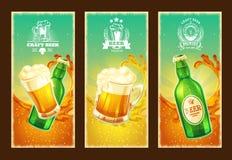 Satz des Vektors lokalisierte Karikaturfahnen mit Bierglas- und Glasflasche Stockfoto