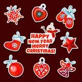 Satz des Weihnachtsaufklebers spielt auf einem roten Hintergrund Stockfotografie