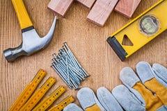 Satz des Werkzeugtischlerhammerstapels Nagelschutzhandschuhe constructi Lizenzfreies Stockbild