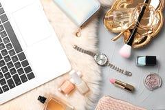 Satz des Zubehörs, der Kosmetik und des Laptops Stockbild