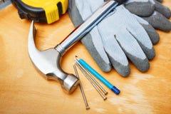Satz DIY-Werkzeuge auf Holztisch. Stockfotografie