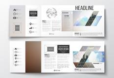 Satz dreifachgefaltete Broschüren, quadratische Designschablonen Abstrakter bunter polygonaler Hintergrund mit dem unscharfen Bil Lizenzfreies Stockbild