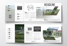 Satz dreifachgefaltete Broschüren, quadratische Designschablonen Polygonaler Hintergrund, unscharfes Bild, Parklandschaft, modern Stockfotografie