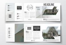 Satz dreifachgefaltete Broschüren, quadratische Designschablonen Polygonaler Hintergrund, unscharfes Bild, Stadtlandschaft, moder Lizenzfreie Stockfotografie
