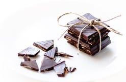 Satz dunkle Schokoladenwürfel mit einem braunen Band lizenzfreie stockfotos