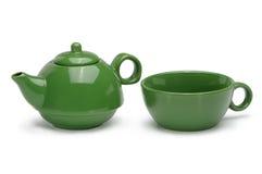 Satz einer grünen keramischen Teekanne und des Bechers lokalisiert auf Weiß Stockfotos