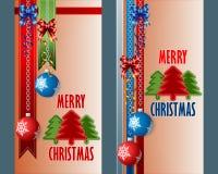 Satz Fahnen mit den Weihnachtsbällen, die von den Silberketten hängen Stockbild