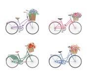 Satz Fahrräder mit dem Korb voll von den Blumen Stockbilder