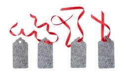 Satz Farbgeschenktags lokalisiert auf weißem Hintergrund Weihnachtsgeschenktag gebunden mit rotem Band Stockfotografie