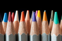 Satz farbige Bleistifte auf einem schwarzen Hintergrund Geschärfte farbige Bleistifte Lizenzfreies Stockbild