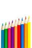 Satz farbige Bleistifte auf einem weißen Hintergrund, Anordnung schräg Stockfotos