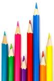 Satz farbige Bleistifte auf einem weißen Hintergrund, chaotische Anordnung Stockbilder
