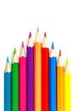 Satz farbige Bleistifte auf einem weißen Hintergrund, eckige Anordnung Stockfotografie