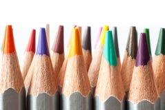 Satz farbige Bleistifte auf einem weißen Hintergrund Geschärfte farbige Bleistifte Stockfotos