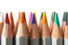 Satz farbige Bleistifte auf einem weißen Hintergrund Geschärfte farbige Bleistifte Stockbild