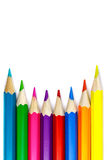Satz farbige Bleistifte auf einem weißen Hintergrund, konkave Anordnung Stockfoto