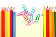 Satz farbige Bleistifte und Büroklammern Lizenzfreies Stockfoto