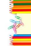 Satz farbige Bleistifte und Büroklammern Lizenzfreies Stockbild