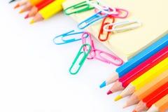 Satz farbige Bleistifte und Büroklammern Stockbild