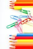 Satz farbige Bleistifte und Büroklammern Stockbilder