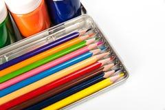 Satz farbige Bleistifte und Farben für die Kreativität der Kinder Stockbilder