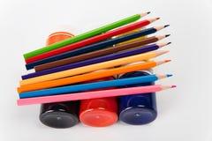 Satz farbige Bleistifte und Farben für die Kreativität der Kinder Stockbild