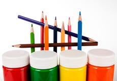 Satz farbige Bleistifte und Farben für die Kreativität der Kinder Lizenzfreie Stockfotografie
