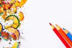 Satz farbige Bleistifte und Schnitzel Stockbilder